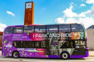 Um dos ônibus elétricos BYD ADL Enviro400EV entregues à West Yorkshire Combined Authority para o serviço Stourton Park & Ride em Leeds.