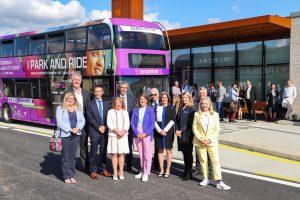 Evento de entrega dos cinco ônibus elétricos BYD ADL Enviro400EV, com a presença da ministra britânica para o Futuro dos Transportes e Meio Ambiente, Rachel Maclean MP e o Prefeito de West Yorkshire, Tracy Brabin.