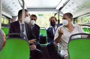 O Presidente da Conerobus, Muzio Papaveri (à esquerda), e a prefeita de Ancona, Valeria Mancinelli (à direita), testando um ônibus elétrico BYD durante sua primeira viagem em Ancona